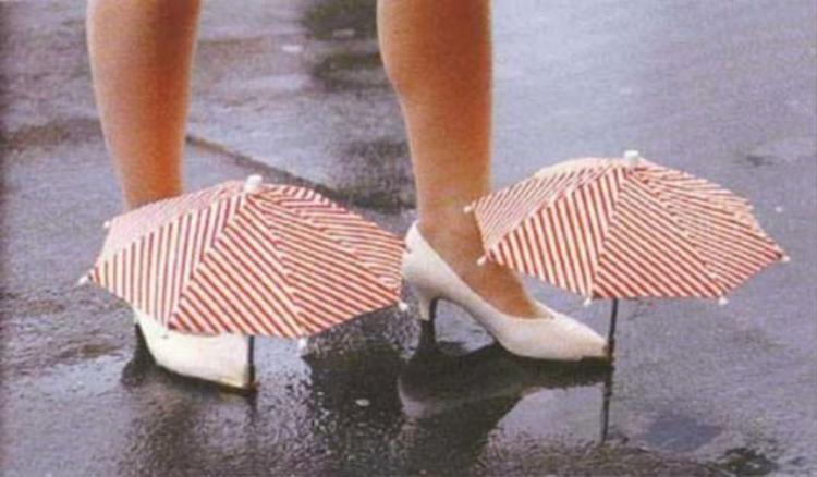 Vào những ngày mưa gió bão bùng, nước mưa là kẻ thù rất khó chịu đối với các cô nàng công sở, và một sáng tạo không những độc mà còn lạ đã được tạo ra để giải quyết vấn đề này: giày có ô. Thế nhưng, liệu có ai dám mang chiếc giày như thế này đi ra đường hay không?