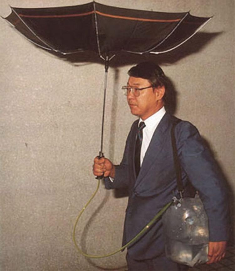 """Nếu ai đó muốn lấy một ít nước mưa để dùng thì đây là ý tưởng tuyệt vời dành cho họ: ô hứng nước mưa. Theo lý lẽ của những người tạo ra nó, sản phẩm này không chỉ giúp họ tránh mưa mà còn rất hữu dụng trong việc tiết kiệm nước sinh hoạt cho gia đình, quả là một """"âm mưu"""" rất thú vị phải không?"""