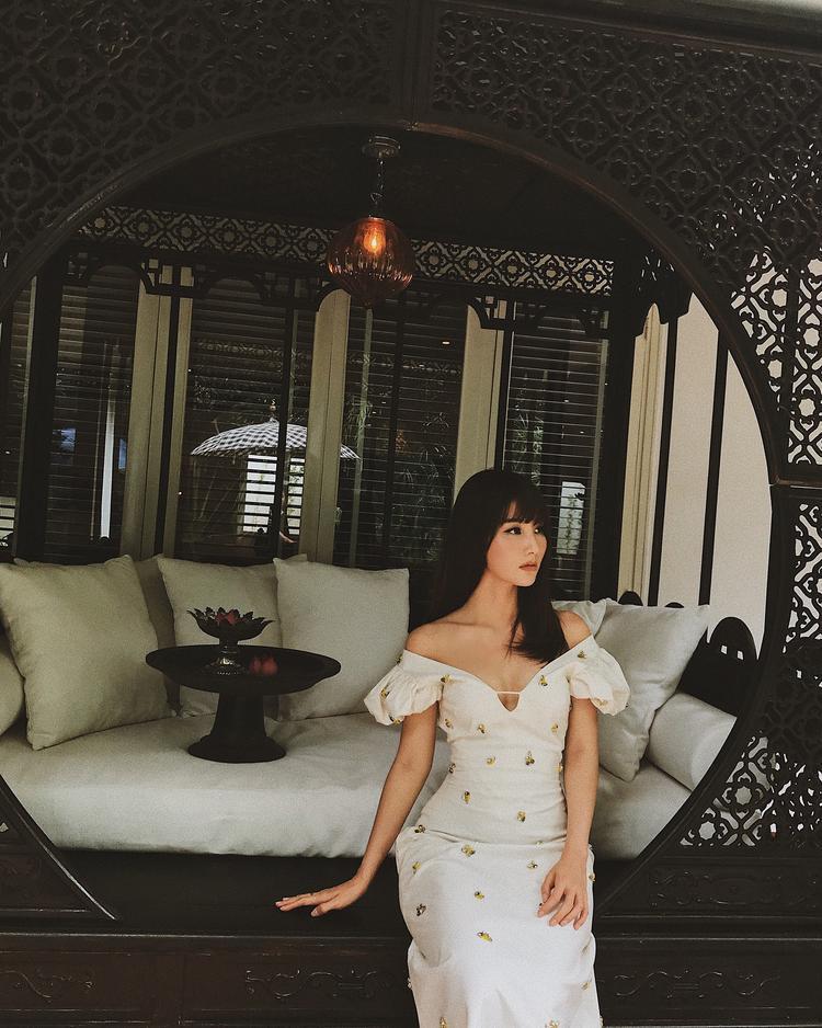 Diễm My 9X vô cùng nhẹ nhàng, thanh tao trong chiếc váy trắng vai trễ, đính kết thanh tao của NTK Lâm Gia Khang.