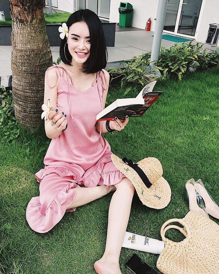 Em gái Angela Phương Trinh cũng mê mệt món phụ kiện này, và giống với siêu mẫu Thanh Hằng, cô nàng sắm sửa cho mình một combo nón cùng túi cầm tay chất liệu cói, phối với chiếc váy hồng dáng suông mềm mại.