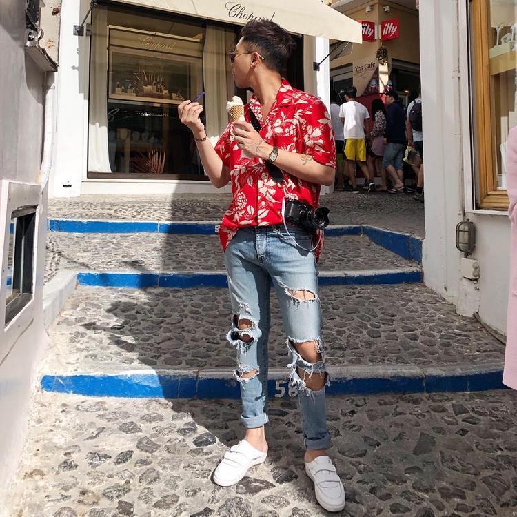 """Áo sơ-mi hoa chưa bao giờ hết """"hot"""", và với cách mix cùng quần jeans rách của Hoàng Ku lại càng tăng lên vẻ cá tính, năng động cho người mặc."""