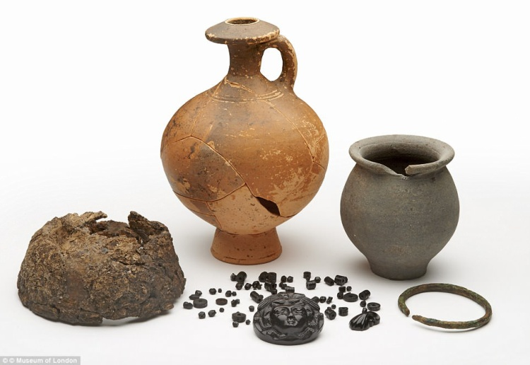 Một vài đồ vật được tìm thấy trong quan tài.