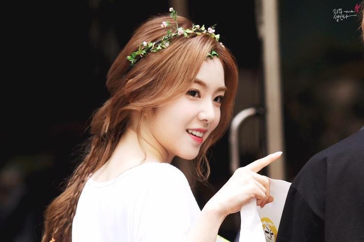"""Cô được mệnh danh là """"búp bê"""" của SM vì gương mặt vô cùng xinh xắn. Ngày Irene đội vòng hoa đến đài truyền hình đã đi vào lịch sử khi tất cả các tờ báo lớn nhỏ ở Hàn đều đồng loạt ca ngợi visual đỉnh cao của cô nàng."""