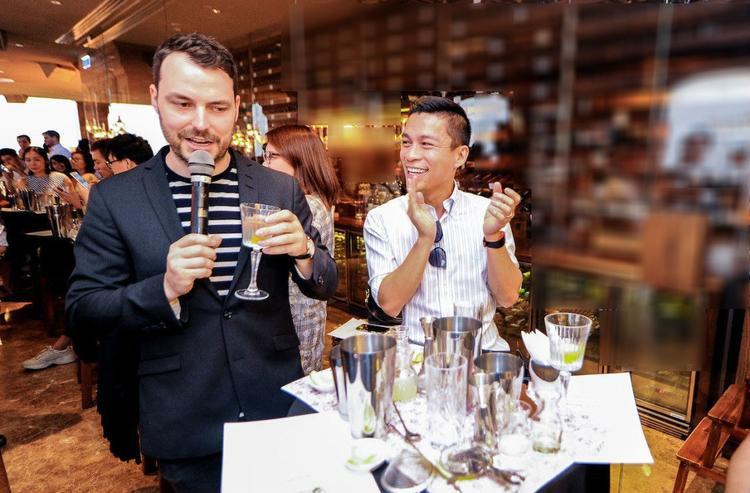 Adrian Anh Tuấn bất ngờ trở thành một trong những người pha chế xuất sắc nhất với món Elyx Martini đầy lôi cuốn.