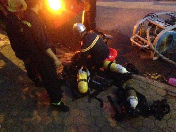Lực lượng cứu hộ giải cứu những người bị mắc kẹt.