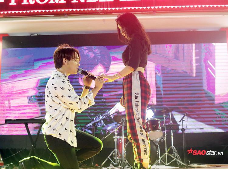 """Anh bất ngờ mời một nữ sinh của trường lên sân khấu và tái hiện màn cầu hôn bằng nhẫn gốm trong MV """"Trong trí nhớ của anh""""."""