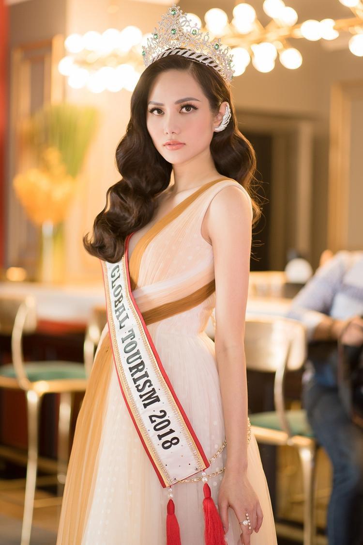 Tham gia một sự kiện tại TP.HCM, Hoa hậu Du lịch Toàn cầu 2018 gây chú ý khi cô diện một thiết kế vừa dịu dàng nhưng không kém phần nóng bỏng bởi đường xẻ ngực sâu hun hút. Đây là thiết kế vừa mới được Hoa hậu Việt Nam 2014 Kỳ Duyên diện cách đây không lâu.