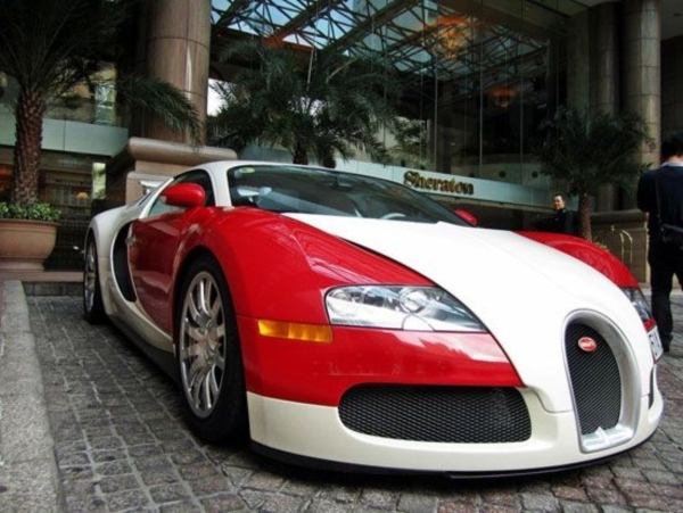 """Khi ở trong tay đại gia Minh """"nhựa"""", Bugatti Veyron nguyên bản màu đỏ - trắng."""