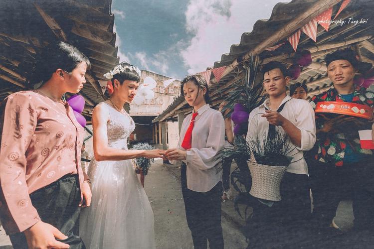 Được biết, bộ ảnh được thực hiện ngày 20/5 tại chợ Long Biên - một khu phố cổ xưa tại Hải Hậu, Nam Định.