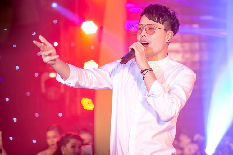Trịnh Thăng Bình trình diễn những ca khúc quen thuộc.