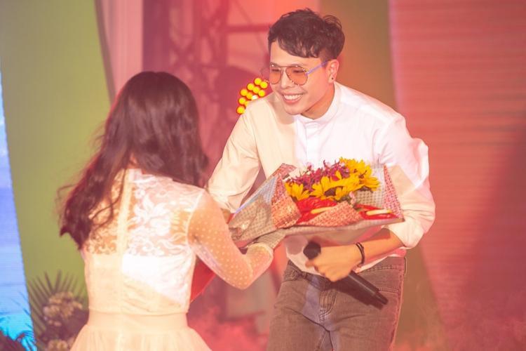 Anh nhận được rất nhiều hoa từ khán giả nữ.