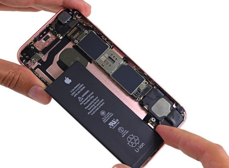 Người dùng thuộc diện hoàn phí là những người đã thực hiện thay pin tại Apple Store, trung tâm sửa chữa của Apple hoặc các nhà cung cấp dịch vụ uỷ quyền.
