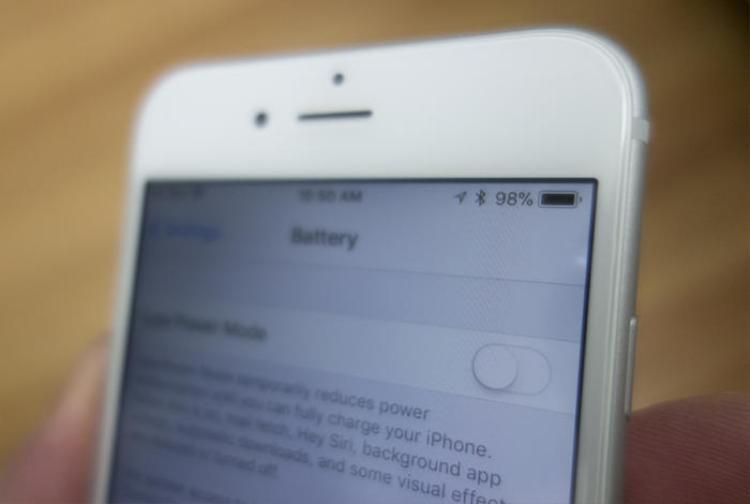 Tính năng bóp hiệu năng khi viên pin cũ đi của Apple trên iPhone gây ra nhiều tranh cãi.