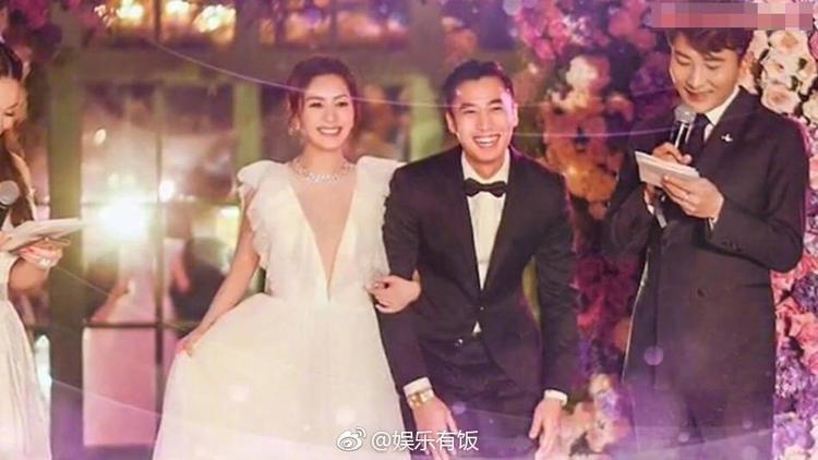"""Chung Hân Đồng và chú rể Lại Hoằng Quốc không giấu vẻ hạnh phúc, rạng rỡ trên gương mặt khi """"về chung một nhà""""."""