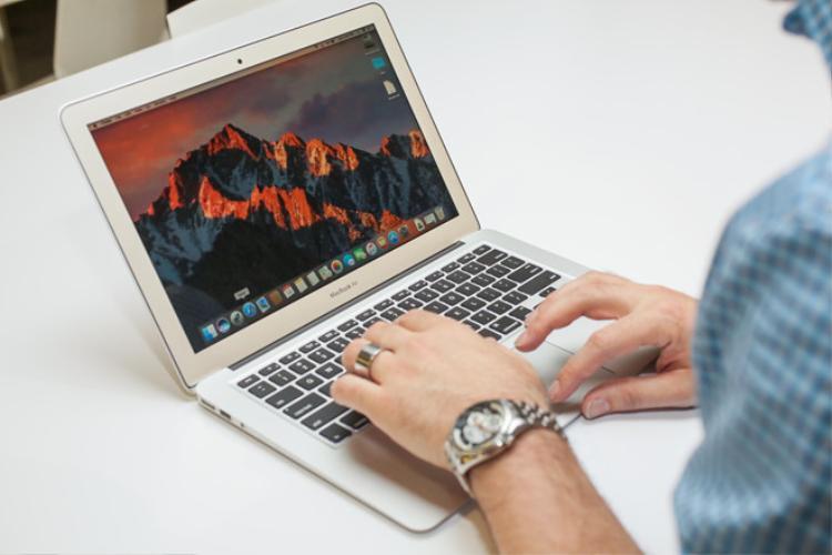 MacBook Air 2017 giảm giá sâu tại Việt Nam. Ảnh: Cnet.