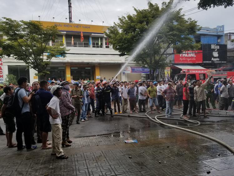 Cháy nhà ở trung tâm thành phố, người dân hốt hoảng tháo chạy