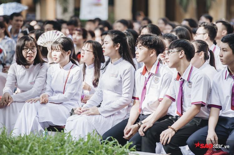 Những học sinh cuối cấp cùng nhau ngồi cạnh, ôn lại kỷ niệm trong ngày chia tay cuối cùng này.