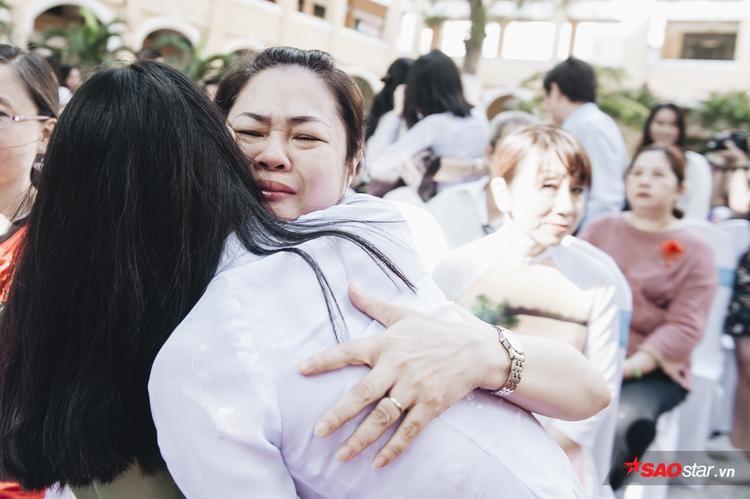 Trong giây phút thiêng liêng ấy, nhiều phụ huynh đã không kìm được nước mắt.