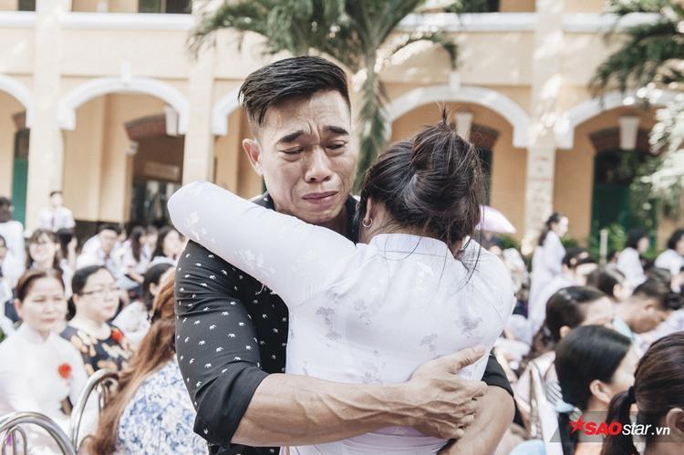 Người bố bật khóc trong giây phút con gái nói lời cảm ơn với mình.