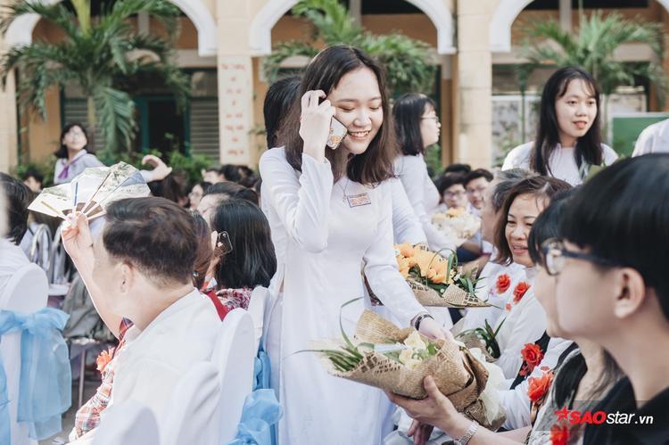 Toàn thể học sinh bước vào lễ dâng hoa cho cha mẹ, thầy cô…