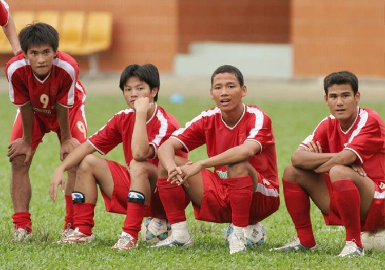 Công Vinh thời mới nổi bên cạnh Văn Quyến, Anh Đức và Phan Thanh Bình.