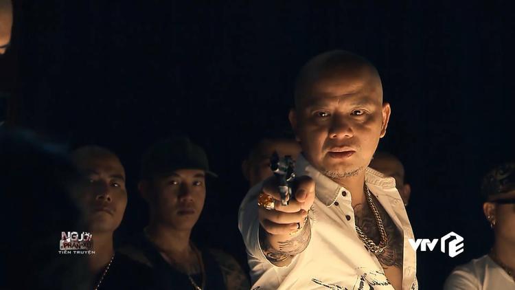 """Long """"con"""" giơ súng dọa giết Phan Quân."""