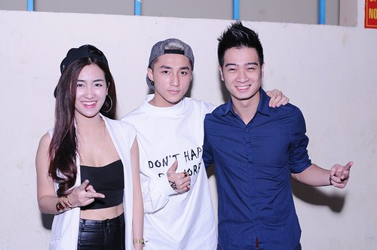 """Bức ảnh khiến fan không khỏi """"cười bò"""". Dù khoác vai Slim V cực thân thiết nhưng với Trang Moon, Sơn Tùng lại tạo dáng """"number one"""" chuẩn """"friendzone""""."""