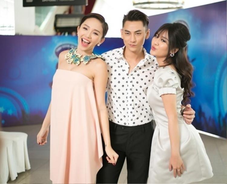Chụp hình cùng Tóc Tiên và Văn Mai Hương - hai người bạn thân thiết nhưng Isaac cũng rất ý tứ.