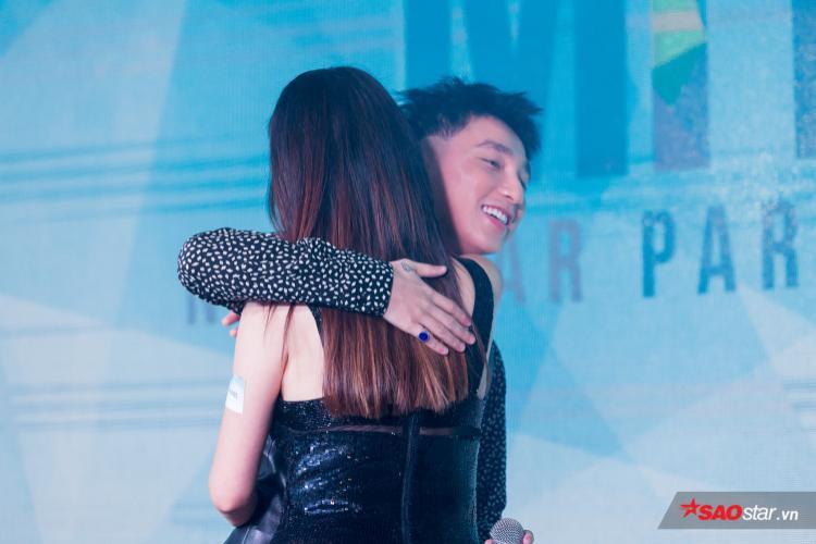 Khi bày tỏ tình cảm với đàn chị Thu Phương trên sân khấu, Sơn Tùng cũng ôm tiền bối theo cách nhẹ nhàng, đúng mực.