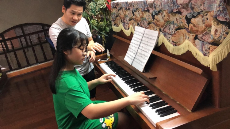 Bố con Trọng Tấn lập ban nhạc cây nhà lá vườn trình diễn siêu đáng yêu