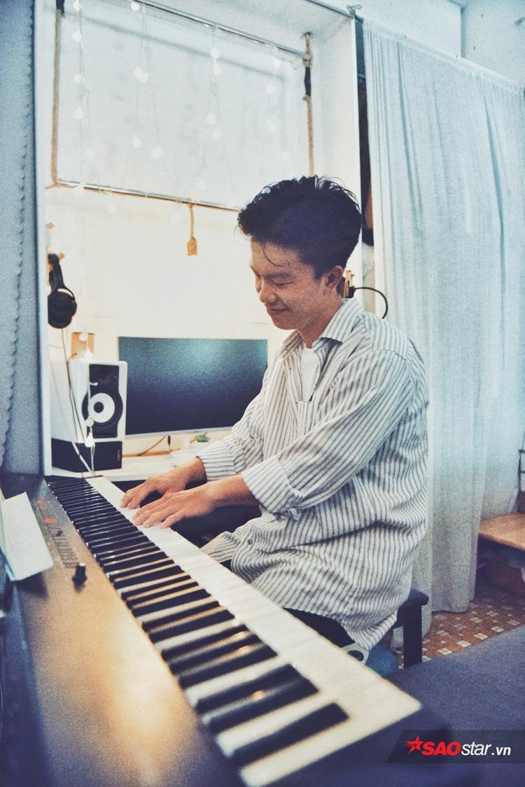 Phòng thu tại gia này là nơi anh chàng chơi nhạc và tập tành sáng tác dù chưa có ca khúc nào hoàn thành vì tội… hay quên.