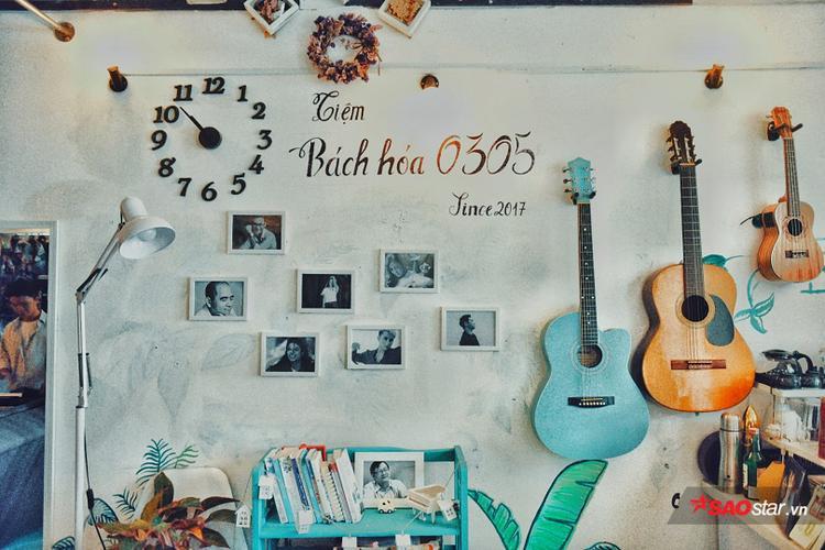 """Tường nhà """"tiệm bách hóa"""" là nơi đắc địa để treo ảnh những nghệ sĩ mà Nghiệp và chị cùng ngưỡng mộ: Michael Jackson, Đức Trí, Nguyên Thảo, Mỹ Tâm, Lê Hiếu, Hà Anh Tuấn và Sơn Tùng M-TP."""