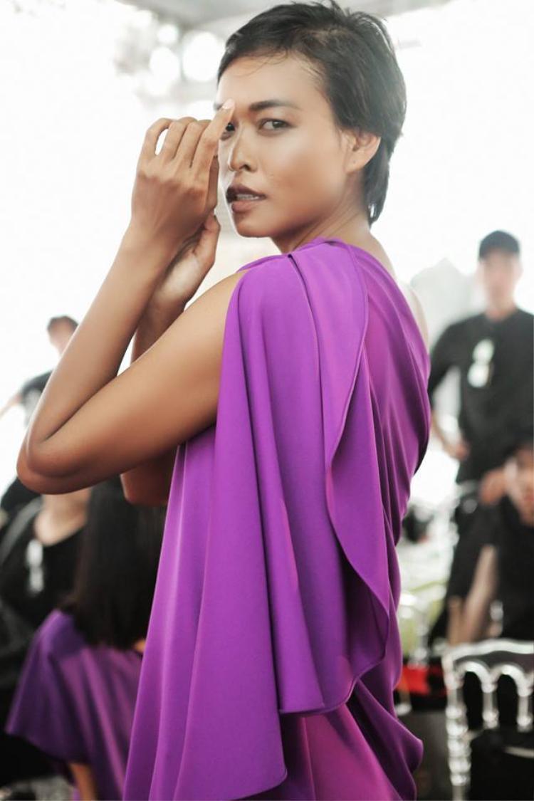 Lâm Thu Hằng trở lại cực kỳ ấn tượng với tone tím hợp mốt và khuôn mặt trang điểm tạo khối cùng đôi môi xuyệt tone trang phục.