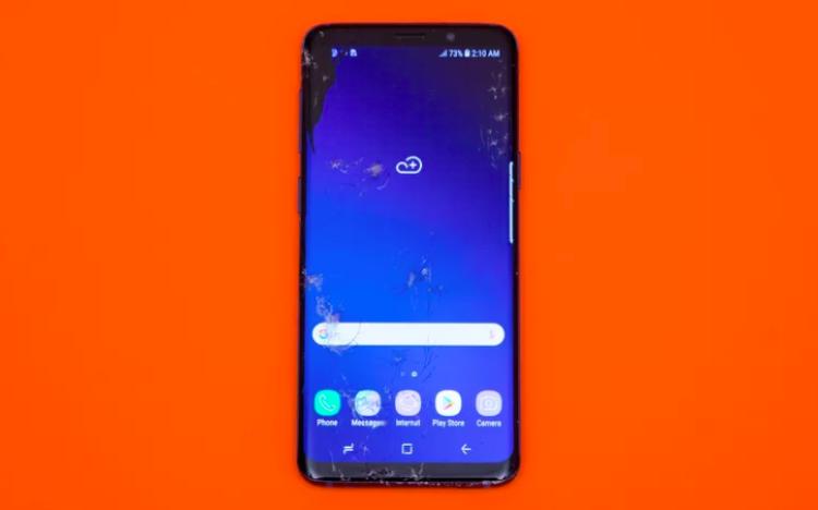"""Những tưởng thiết kế màn hình cong và gần như không có viền sẽ khiến Samsung Galaxy S9 """"yếu đuối"""" với những cú rơi nhưng thực tế chiếc máy này vượt qua các thử thách khá tốt. Hình ảnh mà bạn đang thấy là chiếc S9 sau khi hoàn thành thử thách số 7: thả rơi vào toilet. (Điểm: 6/10)"""