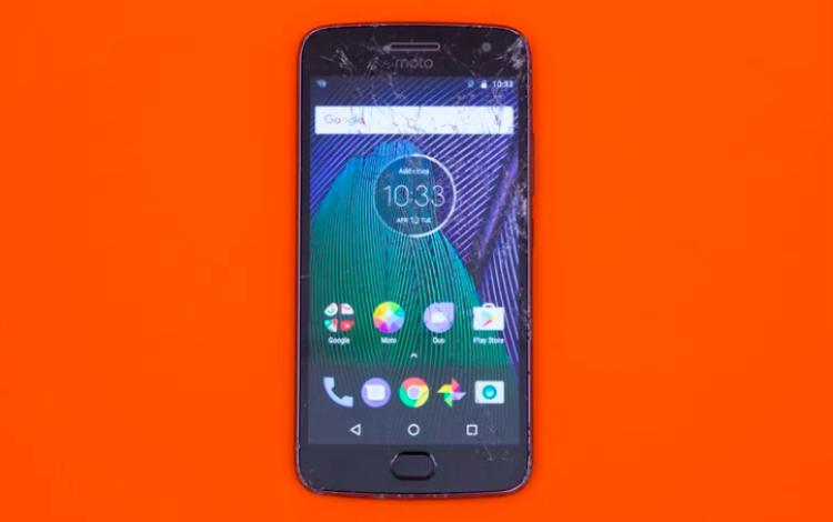 Motorola Moto G5 Plus vượt qua cú thả rơi 1,2 mét và 1,8 mét vào gỗ cùng cú thả rơi úp mặt từ 1,4 mét lên bê tông mà không có quá nhiều hư hại. Dù vậy, máy bị vỡ nặng màn hình khi thả rơi úp mặt từ độ cao 1,8 mét xuống bê tông (Điểm: 5,1/10)