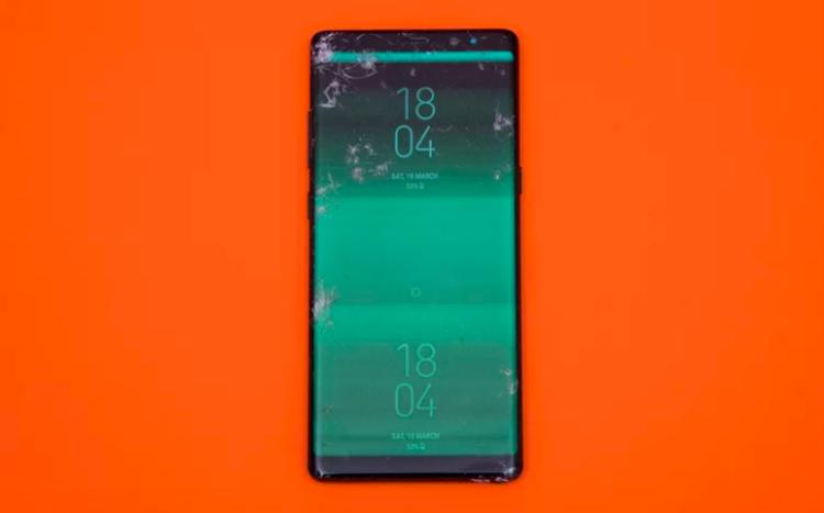 Samsung Galaxy Note8 tương tự iPhone 8 cũng dừng bước ở thử thách thả rơi úp mặt xuống bê tông từ độ cao 1,8 mét. (Điểm: 4,3/10)