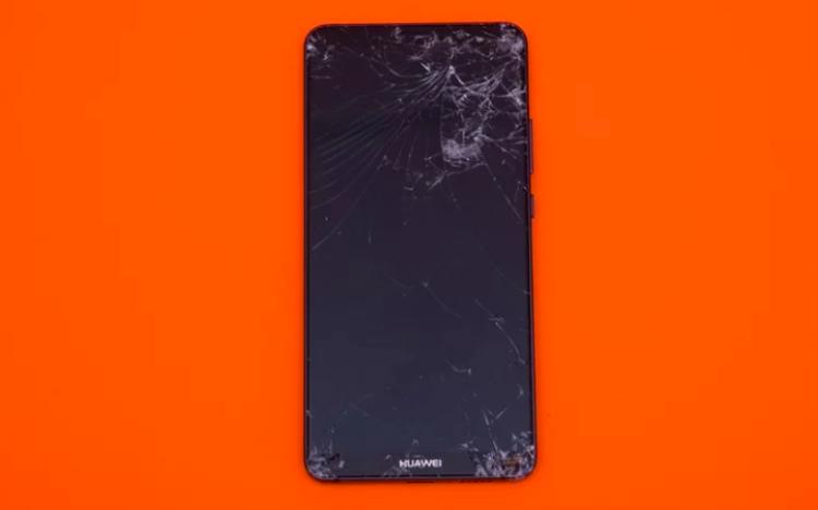 Cú thả rơi úp mặt chiếc Huawei Mate 10 xuống nền bê tông thậm chí để lại nhiều hư hại đến mức lộ cả phần linh kiện điện tử bên trong. (Điểm: 4,3/10).