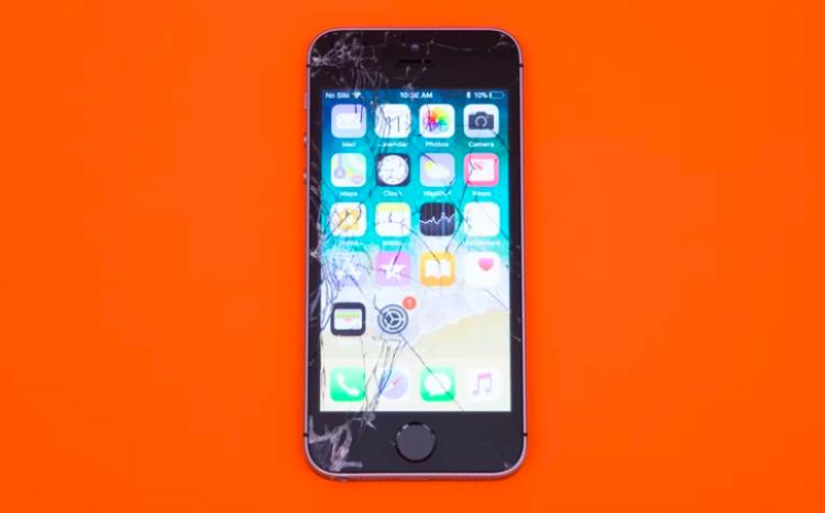 """Điện thoại """"bé hạt tiêu"""" của Apple iPhone SE là smartphone có thành tích độ bền kém nhất trong thử nghiệm của Tom's Guide khi nứt màn hình mạnh ngay từ cú thả rơi xuống bê tông úp mặt từ độ cao 1,2 mét. Đến độ cao 1,8 mét, màn hình nứt mạnh đến mức Tom's Guide quyết định cho chiếc máy dừng cuộc chơi vì màn hình """"quá nguy hiểm để sử dụng"""". (Điểm: 3,9/10)"""