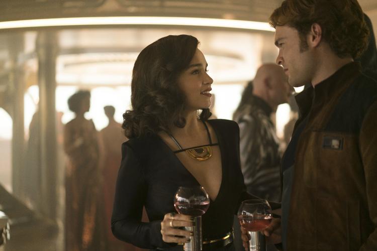 Emilia Clarke trong vai Qi'ra và Alden Ehrenreich vai Han Solo.