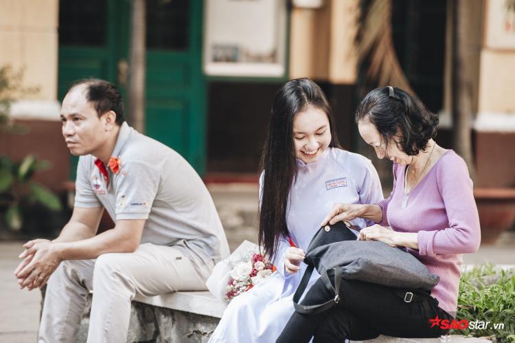 """Vì đến trễ nên cô Bông đã lặng lẽ ngồi ở phía sau sân trường để tham dự buổi lễ """"tri ân và trưởng thành"""" của con gái."""