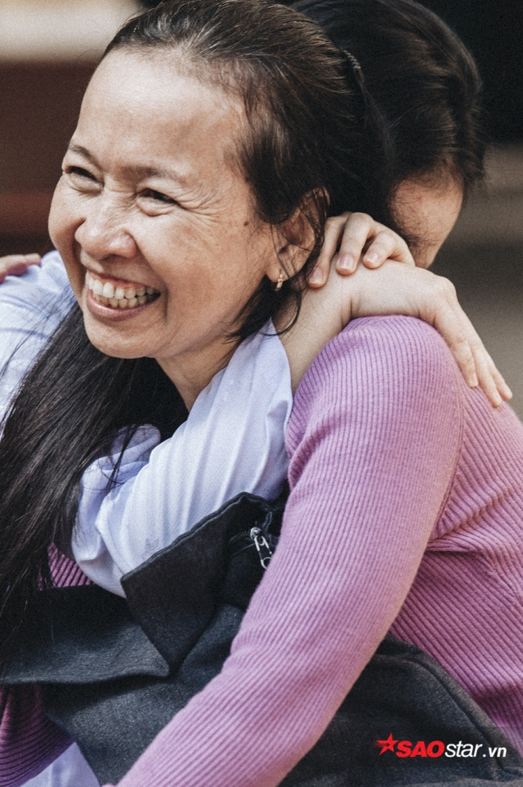 """Trong giây phút dâng hoa, cô bé chỉ kịp ôm mẹ, rồi thì thầm vào tai ba chữ """"con yêu mẹ""""."""