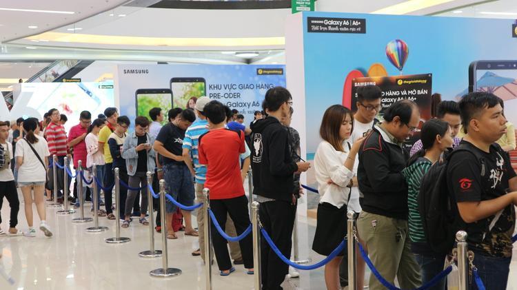 Ghi nhận không khó ngày đầu mở bán, khá nhiều người dùng, chủ yếu là các bạn trẻ, đã đến để thử trải nghiệm Galaxy A6 và A6+.
