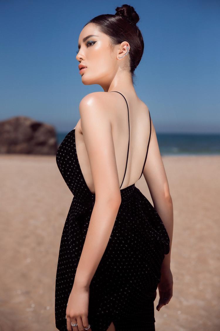 Ngoài phần ngực táo bạo, chiếc váy còn có phần lưng hở, khoe trọn vẻ đẹp hình thể của người mặc.
