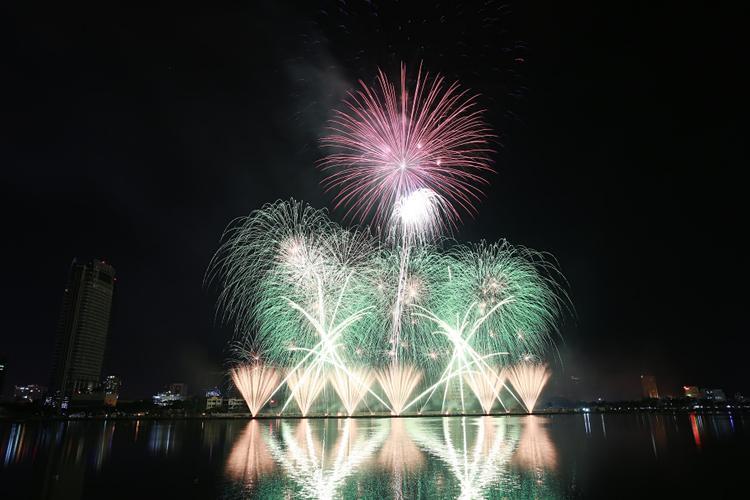 """Với kịch bản hoàn hảo và những thủ pháp ánh sáng, đội pháo hoa của Pháp đã vẽ nên """"bức tranh ánh sáng"""" tuỵệt đẹp trên sông Hàn."""