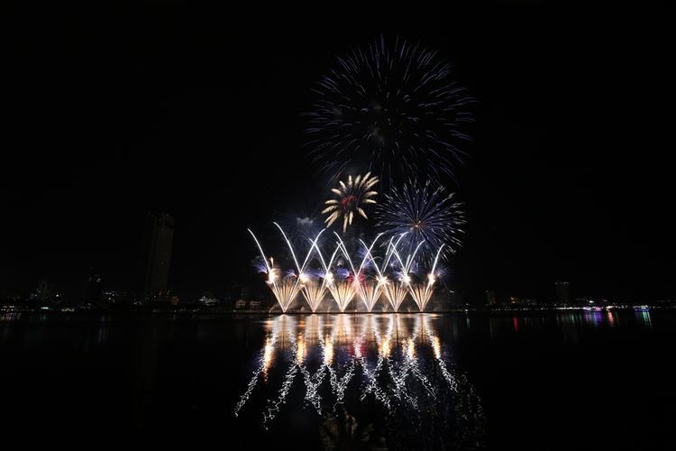 Mãn nhãn với màn tranh tài đỉnh cao của 2 đội Pháp-Mỹ trong Lễ hội pháo hoa quốc tế ở Đà Nẵng