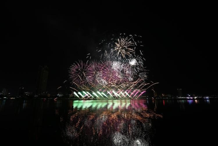 Đội đã sử dụng âm nhạc từ khắp nơi trên thế giới cho màn trình diễn, kết hợp với đó là phần bắn pháo hoa sẽ được kết hợp ăn ý để thăng hoa cùng những cảm xúc của người xem.