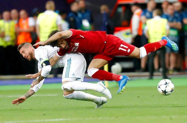 Mohamed Salah bị trung vệ Sergio Ramos khóa tay ở phút 25 dẫn đến chấn thương đầy đáng tiếc.