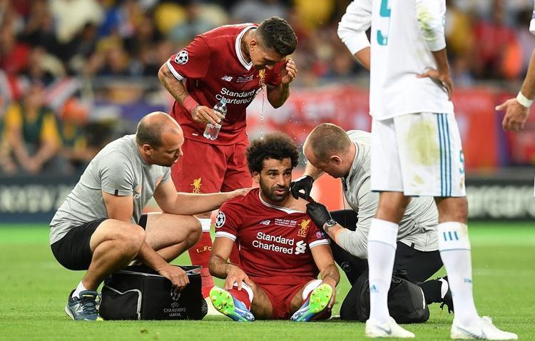 Salah không thể tiếp tục thi đấu. Một nỗi buồn bất tận cho fans Liverpool trong bối cảnh đội nhà đang chơi tốt nhưng sớm mất đi ngôi sao sáng nhất.