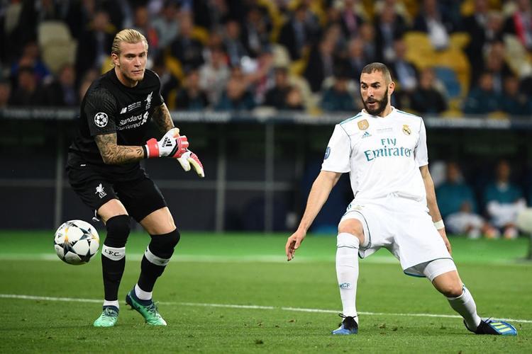 Bi kịch nối tiếp bi kịch khi thủ môn Loris Karius mắc sai lầm đầy ngớ ngẩn với cú ném bóng vào chân Benzema khiến Liverpool nhận bàn thua đầu tiên.