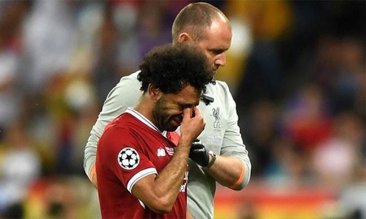 Salah bật khóc vì sớm rời sân ở trận chung kết Champions League đầu tiên trong cuộc đời.